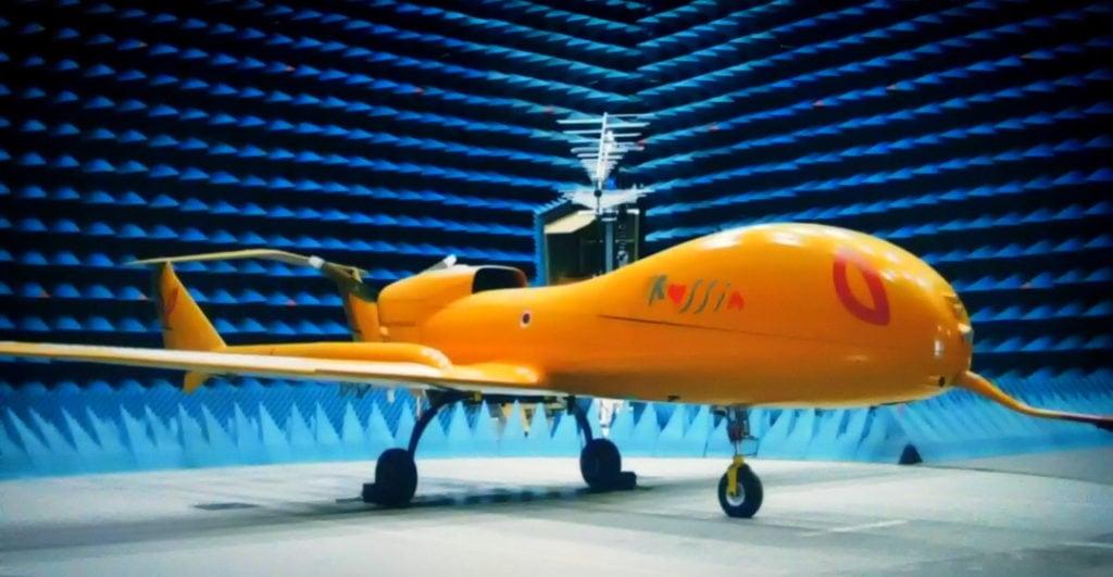 Беспилотный летательный аппарат в безэховой камере для испытаний на электромагнитную совместимость