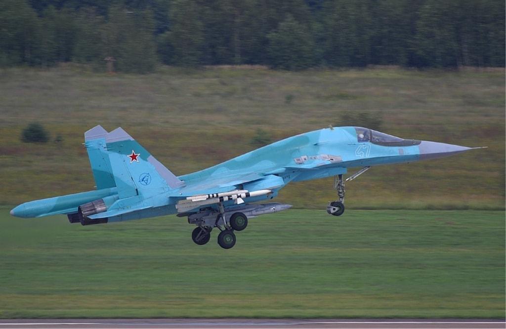 Многофункциональный истребитель-бомбардировщик Су-34, в котором для снижения радиолокационного обнаружения используются современные СВЧ-радиопоглощающие покрытия и материалы