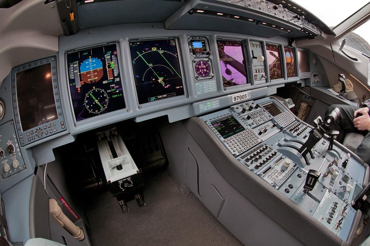 Приборная доска в современных самолетах способна излучать электромагнитные помехи в широком диапазоне и требует серьезного внимания к экранированию. На фотографии доска самолёта Сухой Суперджет 100.