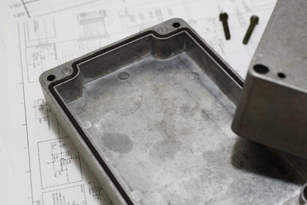 Корпус устройства заполненный токопроводящим клей-герметиком ЗИПСИЛ КГЭП-Э для обеспечения ЭМС