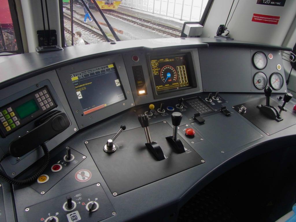 Кабина машиниста секции электровоза «Князь Владимир» 2ЭВ120 от Энгельсского локомотивного завода.