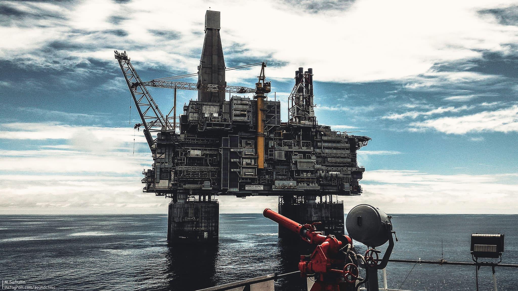 Крупнейшая нефтяная буровая платформа «Беркут» на шельфе в Охотском море. Для герметизации стыков, антистатического заземления трубопроводов, узлов и корпусов оборудования используются электропроводящие герметики. Фотограф - Максим Сафиуллин.