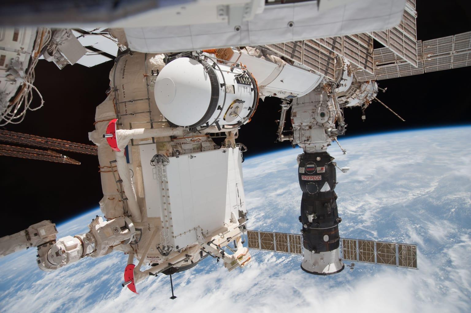 Малый исследовательский модуль «Рассвет» российского сегмента Международной космической станции (МКС), требующий особого внимания к вызовам ЭМС