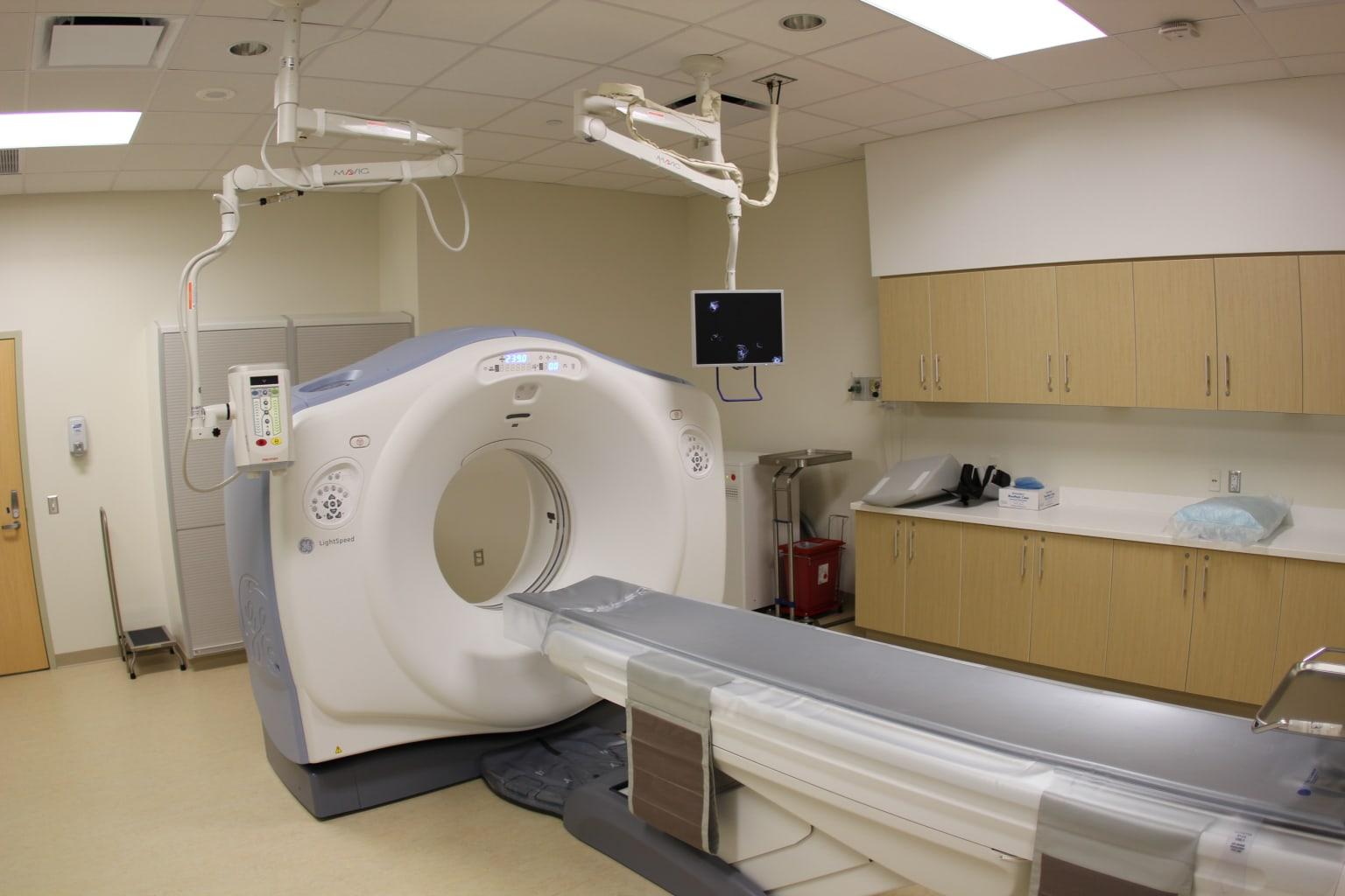 Современный компьютерный томограф для послойного исследования внутренних органов человека с использованием рентгеновского излучения.