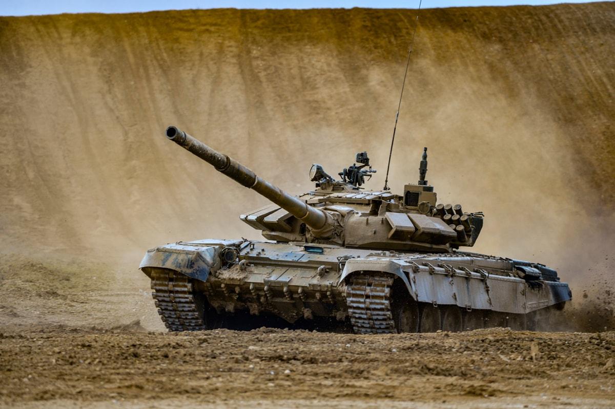 Российский боевой танк Т-90М «Прорыв». В обновленном цифровом комплексе разведзащищённой и помехозащищённой радиосвязи пятого поколения используются активно экранирующие материалы, в т.ч. эпоксидные клеи
