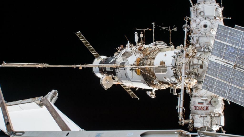 Космический транспортный грузовой корабль Прогресс МС-08. Пристыкован к служебному модулю «Звезда» Международной космической станции. Грузовой корабль Прогресс МС-11, стартовавший 4 апреля 2019 года, установил новый мировой рекорд скорости стыковки с МКС. Использование материалов эмс в космической сфере позволяет добиться таких великолепных результатов.