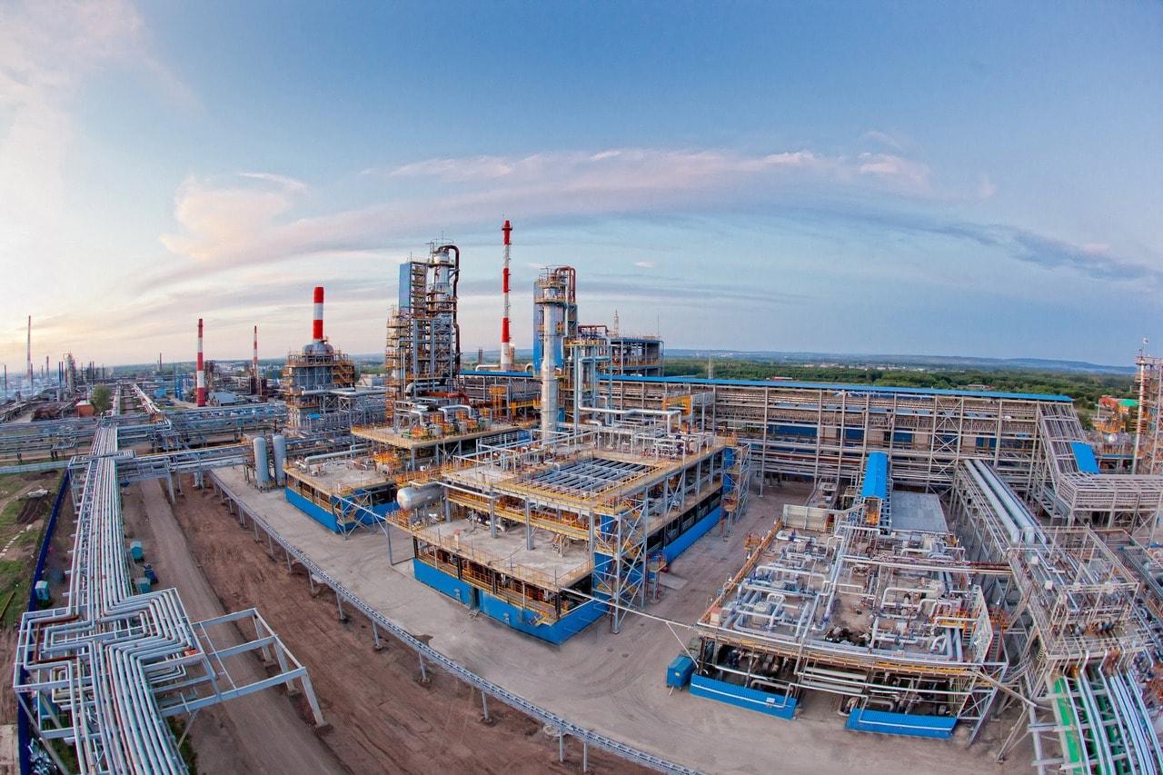 """Нефтеперерабатывающие предприятие Газпром нефтехим Салават. Цикл переработки углеводородного сырья требует применения антистатических материалов, в т.ч. электропроводящей краски. Фото - пресс-центр компании ООО """"Газпром нефтехим Салават"""""""