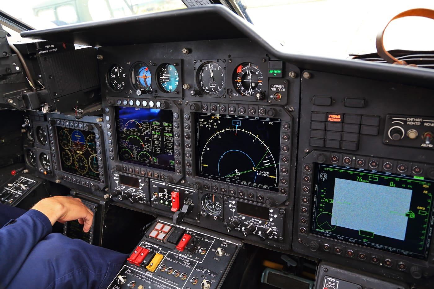 Приборная доска российского разведывательно-ударного вертолёта Ка-52 «Аллигатор». Пилотажно-навигационные приборы требуют использования электропроводящих клеев и герметиков для обеспечения герметичности и экранировки по СВЧ. Фото - Федор Леухин (CC BY-SA 2.0)