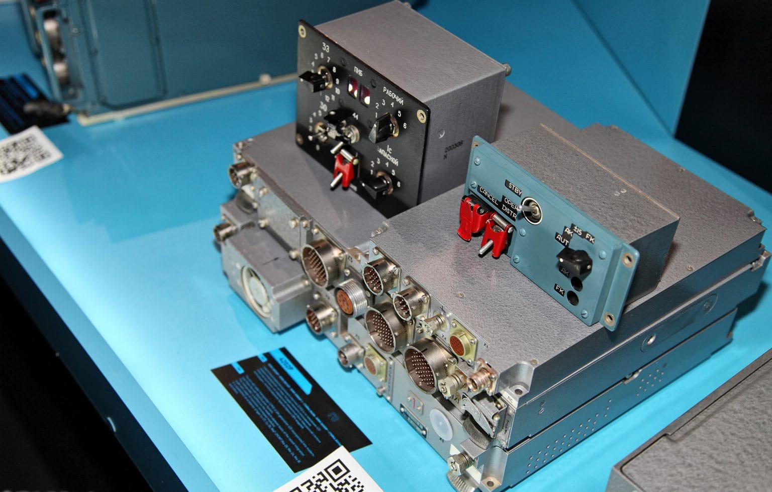 Бортовой приёмопередающий радиолокационный ответчик 4202Р повышенной мощности. Подобные устройства требуют хирургического подхода к вызовам ЭМС. Фото - Виталий В. Кузмин