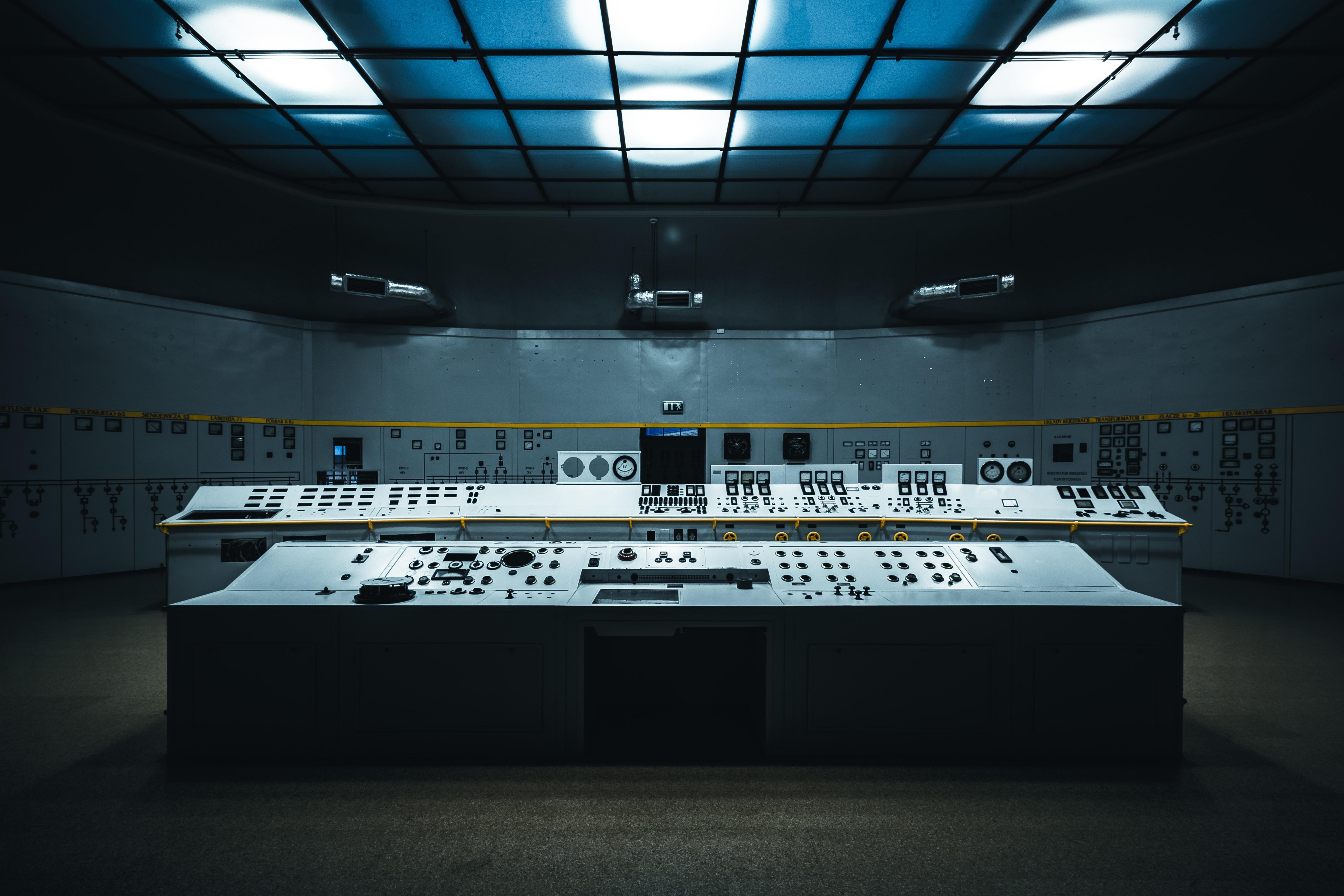 Операторское помещение контроля технологических процессов закрытого предприятия. Для защиты аппаратуры от внешних источников электромагнитного излучения используются экранирующие краски