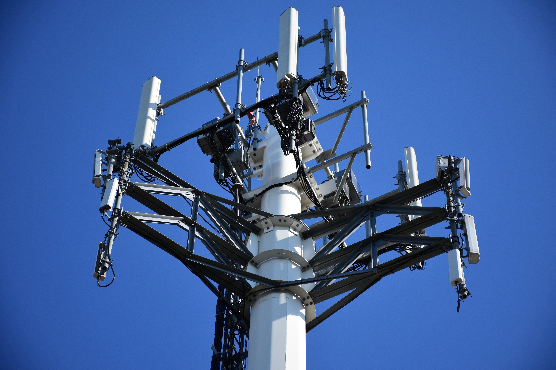Базовая станция системы мобильной связи. Антенны и радиопередающие модули сетей 4G, 5G способны излучать электромагнитные волны на частотах выше 24 ГГц с выходной мощность до 20000 мВт